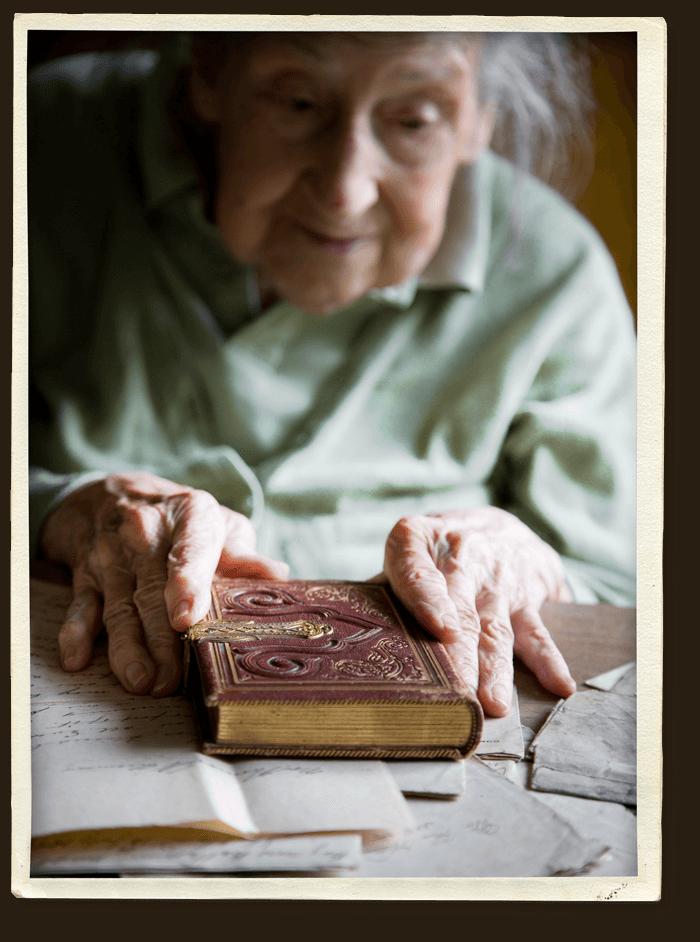 Demenz Fachberatung Christiane Hillebrand – Alte Frau mit Buch – Erinnerungen