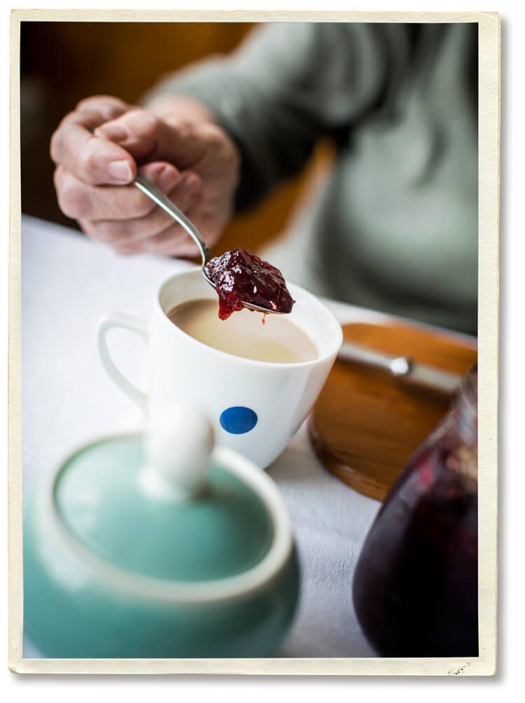 Demenz – Hilfe Osnabrück – Betroffene tut Marmelade in Kaffee